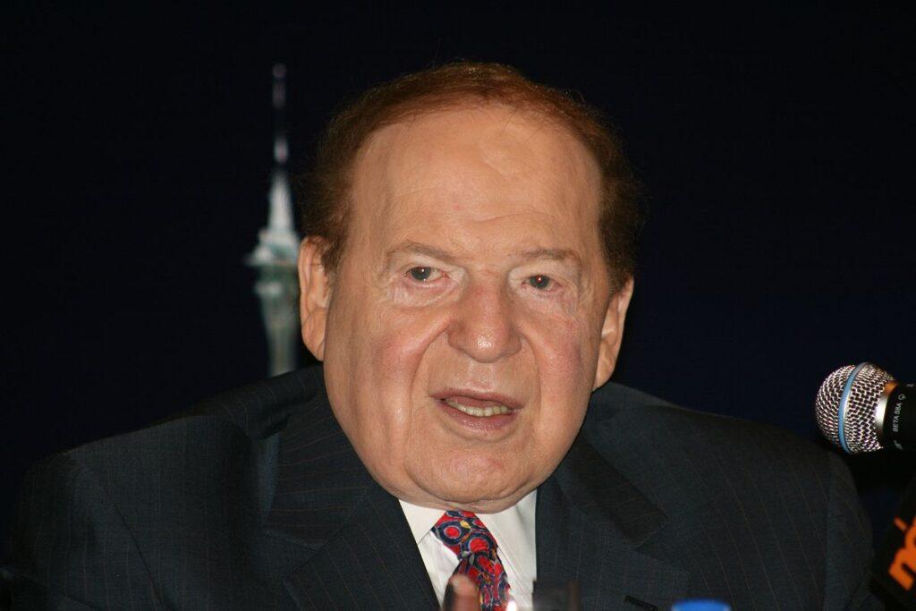 Tämän kuvan alt-attribuutti on tyhjä; Tiedoston nimi on 1200px-Sheldon_Adelson_21_June_2010-1-1024x683.jpg
